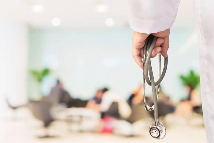 Emploi médecin : est-ce qu'un médecin libéral peut recruter un autre médecin comme salarié ?