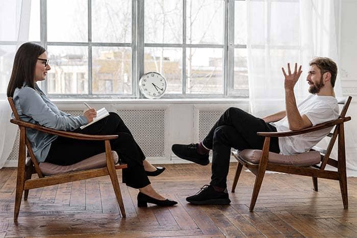 Un psychiatre travaille en collaboration avec son patient