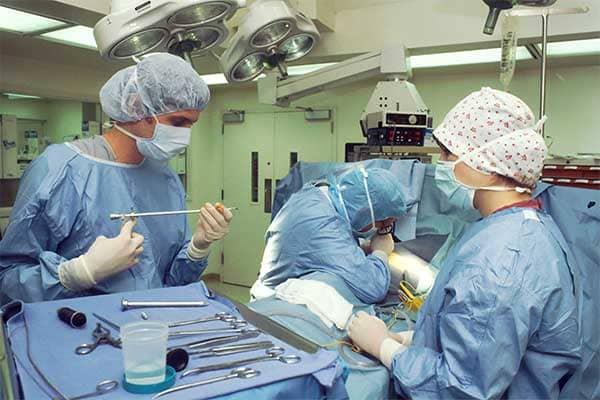 Un anesthésiste-réanimateur permet au patient de ne pas ressentir la douleur durant une opération